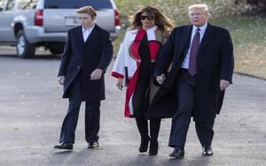 Donald Trump junto a su esposaMelania y su hijo menor Barron.