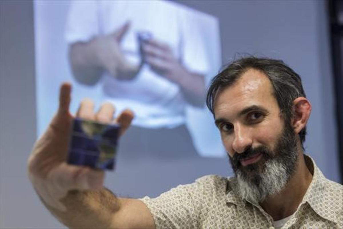 García enseña el cubo de Rubik que forma parte de la muestra, el martes en Homesession, en Barcelona.