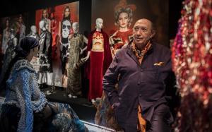 El diseñador valenciano Francis Montesinos, en la muestra que repasa su trayectoria y que se expone en el MuVIM de València.