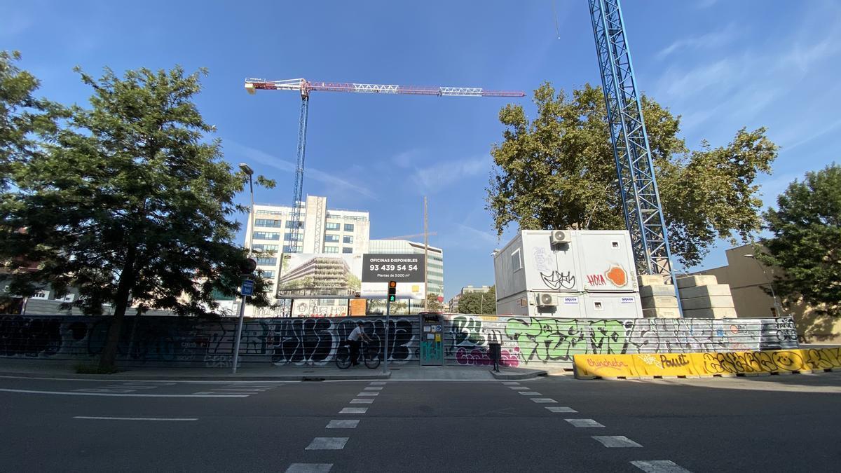 Obras para la construcción de pisos y oficinas en Barcelona.