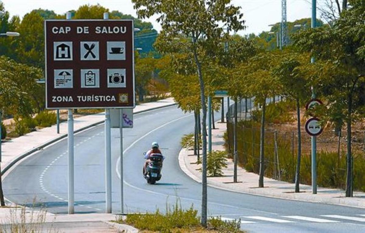 Imagen de la zona ya urbanizada donde se construirá Barcelona World, junto a Port Aventura, ayer.