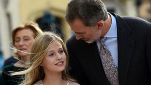 El Rey habla con su hija Leonor, el pasado día 17, en Oviedo.