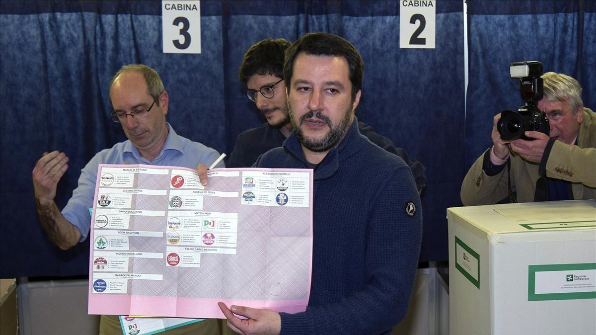 Matteo Salvini muestra su papeleta en el colegio electoral donde ha votado, en Milán.