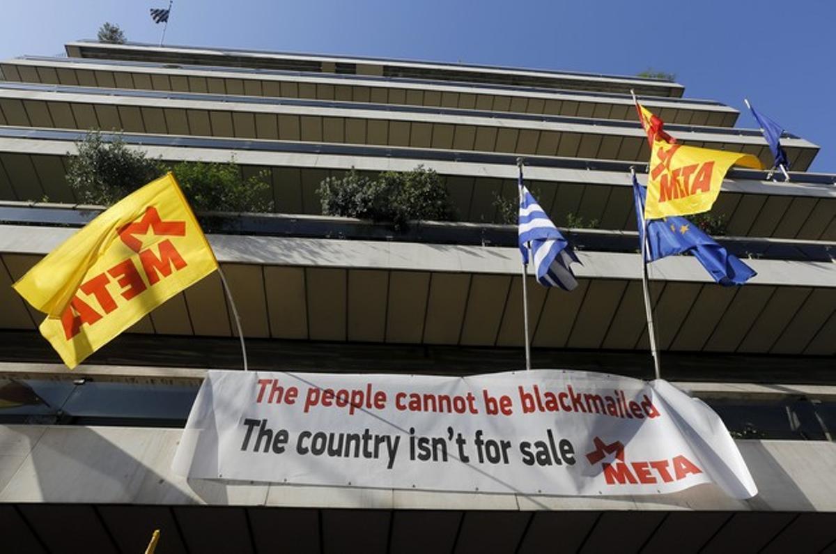Pancartas contra los acreedores de Grecia, en la sede de la UE en Atenas, este miércoles.