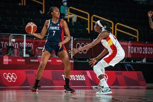 Ndour defiende la acción de la francesa Gruda en el partido de cuartos