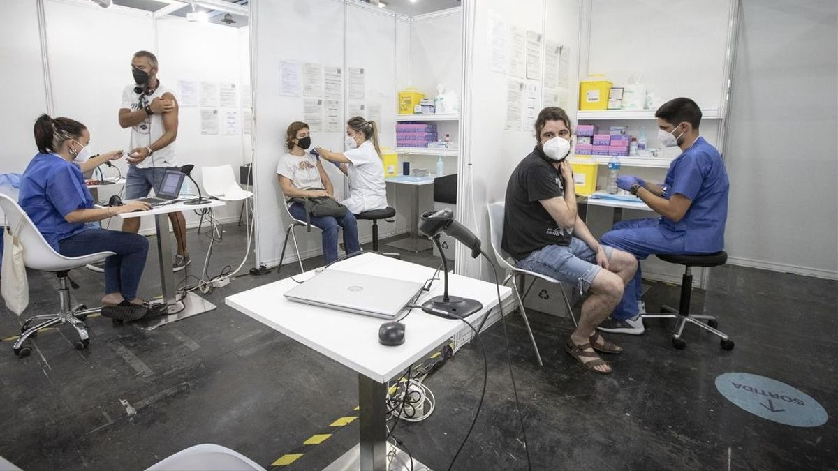 Enfermeras de los CAP vacunan en la Fira de Barcelona, este martes.