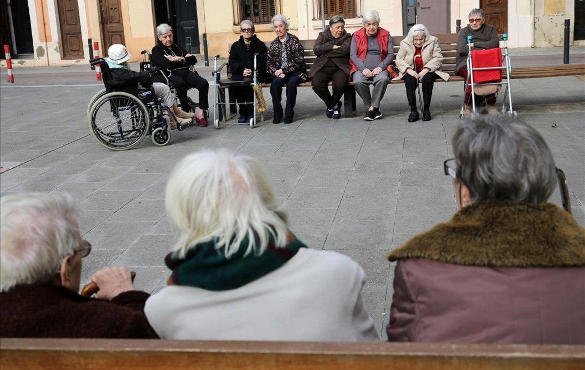 Un grupo de mujeres mayores, en el barrio de Gràcia de Barcelona.