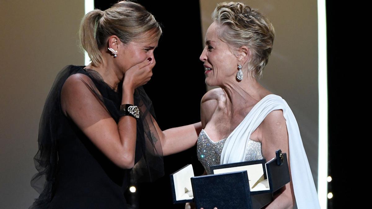 """Julia Ducournau recibe una valiente Palma de Oro en Cannes por Titane"""". En la imagen, Ducournau recibe el galardón de manos de Sharon Stone."""