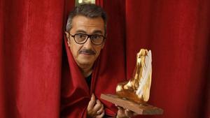Andreu Buenafuente, director del festival Singlot, con el 'Singlot d'Honor'que en el 2019 se entregóa Pepe Rubianes a título póstumo.