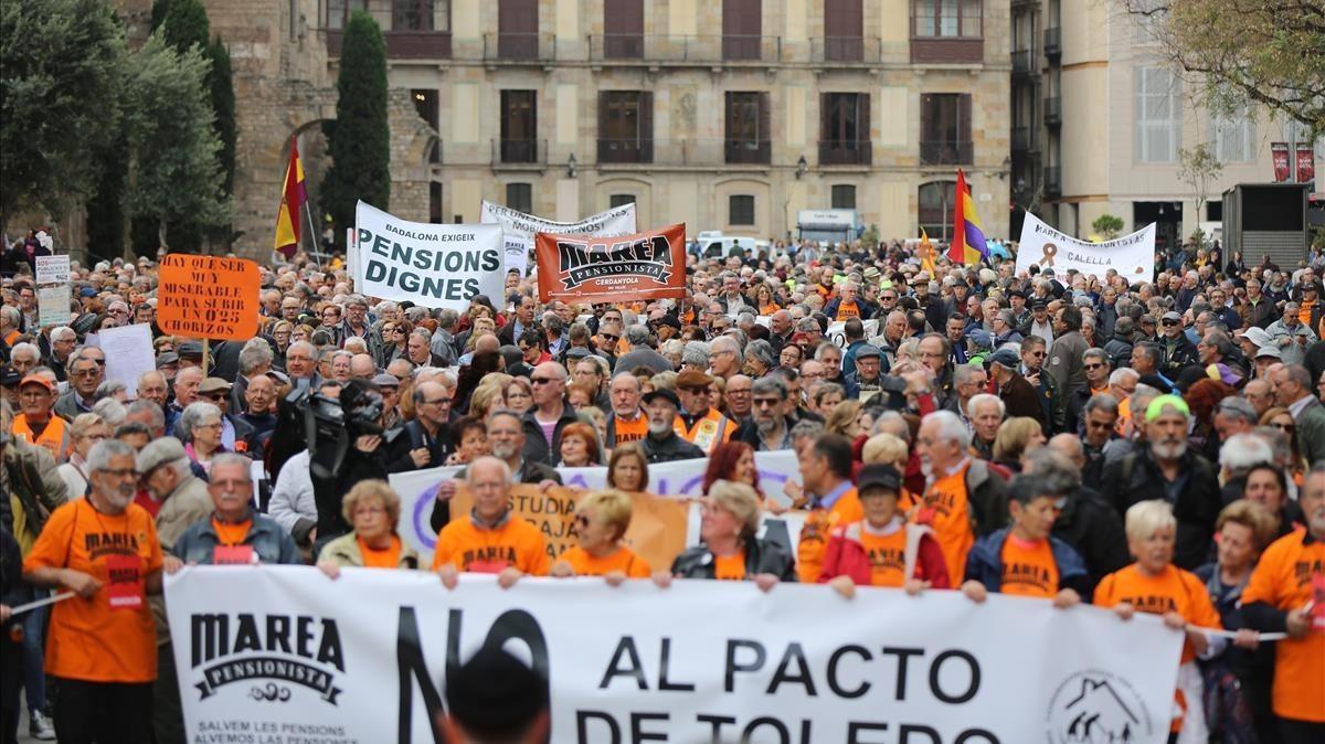 Pensionistas en la plaça de la Catedral de Barcelona, que han secundado la convocatoria de la Coordinadorade Pensionistas en Defensa del Sistema Público de Pensiones.
