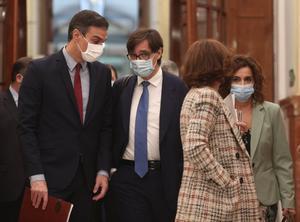 El presidente del Gobierno, Pedro Sánchez, con la vicepresidenta primera, Carmen Calvo, y el ministro de Sanidad, Salvador Illa, este 28 de octubre a su llegada al pleno del Congreso.