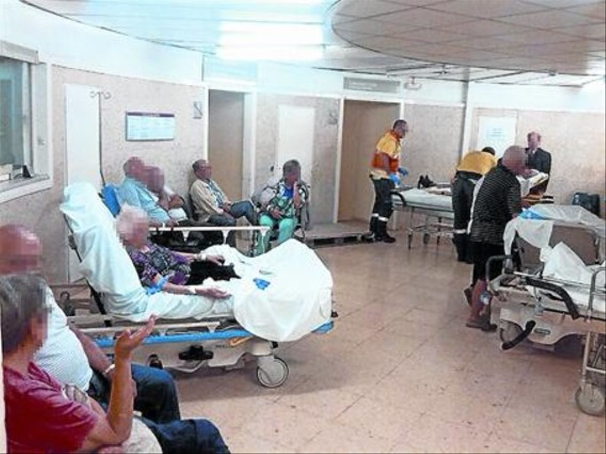 Urgencias colapsadas enel hospital de Bellvitge, ayer.