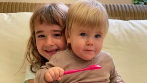 Olivia y Anna, las dos hermanas secuestradas por su padre en Tenerife.