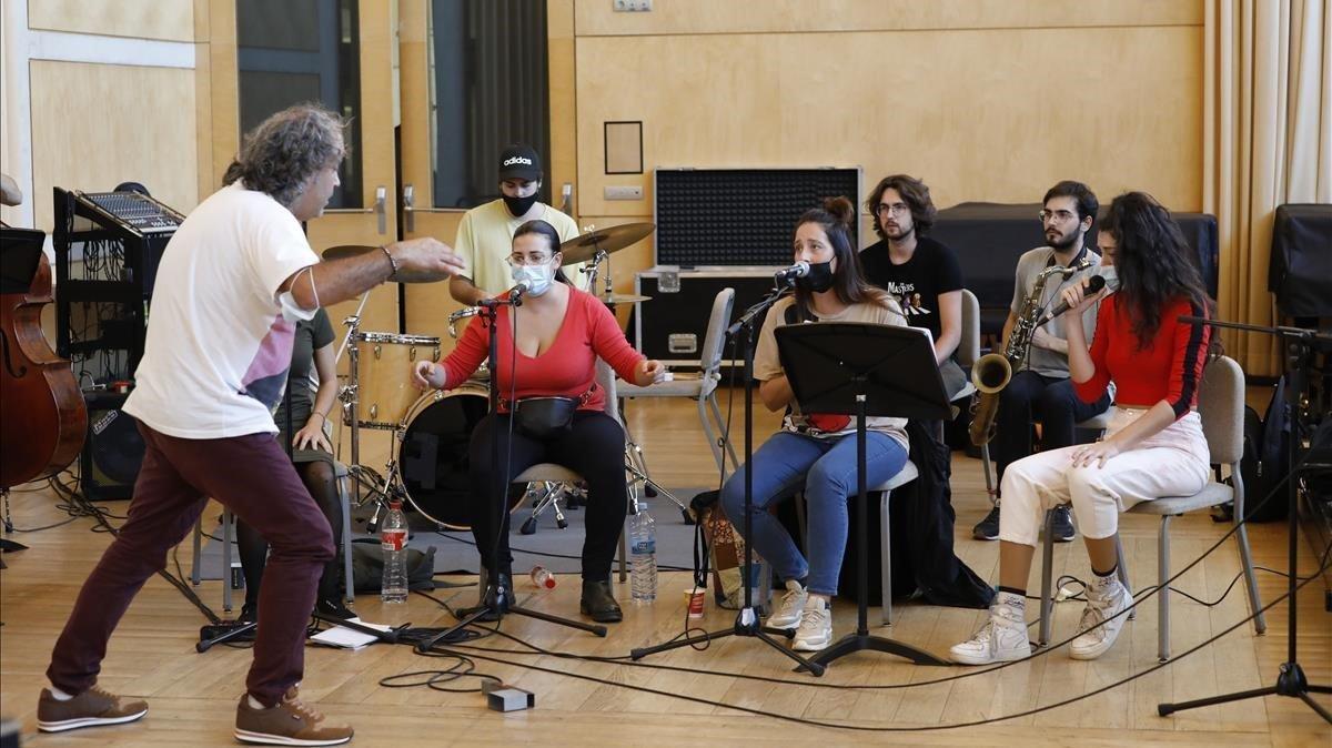 Las cuatro voces femeninas y el batería de'Morente&Roach', durante un ensayo en la Esmuc dirigido por Pepe Motos, junto a una sección de la formación que reunirá a alumnos del Esmuc y del Taller de Músics en el Auditori.