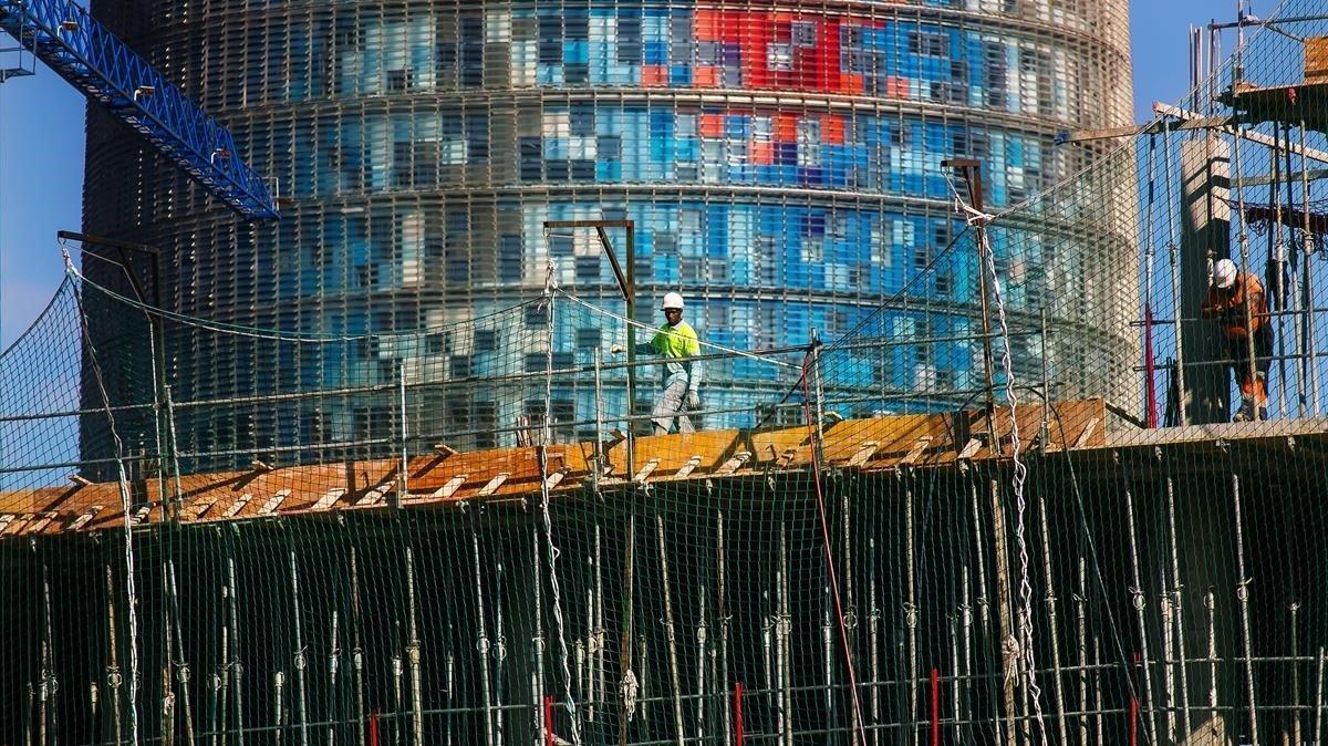 Viviendas en construcción junto a la Torre de les Aigües, en el 22@