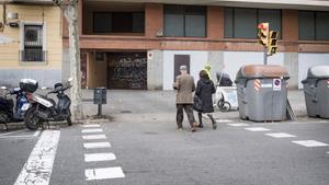 El vado y el paso de peatones en el mismo espacio en la Calle del Clot, 167.