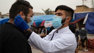 Hombres con máscarillas para prevenir el contagio de coronavirus.