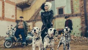 Emma Stone dando vida a la villana Cruella de Vil