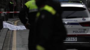 El cuerpo de un hombre que ha muerto en un tiroteo en Bilbao, este jueves.