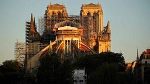Labores de restauración de la catedral de Notre Dame de París, un año después del incendio.