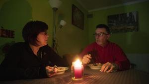 Anna Hernández y su pareja deben usar velas y linternas para comer debido a los cortes de luz.