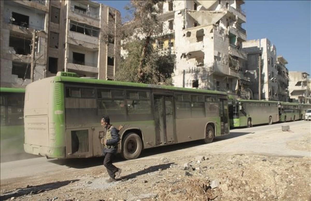 Autobuses que evacuan a civiles del este de la ciudad de Alepo el pasado 15 de diciembre.