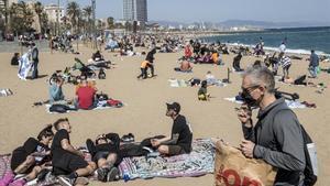 Ambiente en la playa de la Barceloneta.