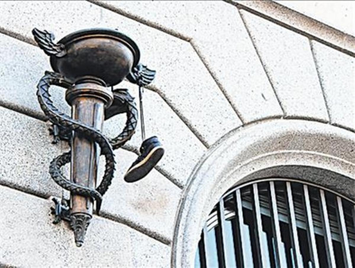 Arriba, Hermes en Avinyó, 30 (izq), Rocafort, 2 (der). Abajo, en Portal de l'Àngel (izq) y plaza de Catalunya (der).