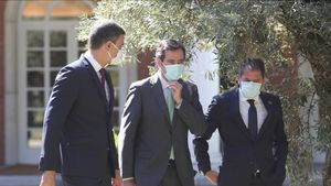 El presidente del Gobierno, Pedro Sánchez, con los presidentes de CEOE, Antonio Garamendi,de Cepyme, Gerardo Cuerva, en los jardines de La Moncloa.