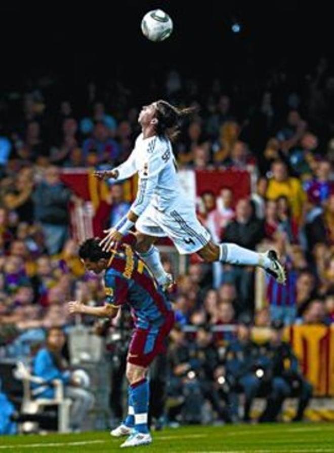 Sergio Ramos vuelva sobre la espalda de David Villa.