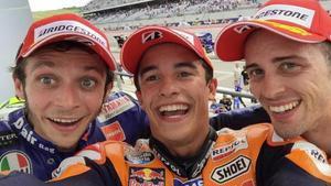 Valentino Rossi, Marc Márquez y Andrea Dovizioso se hacen un selfie en el GP de EEUU del 2015.