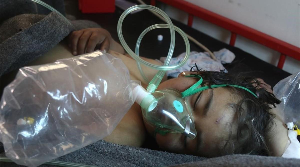 Un niño sirio recibe tratamiento tras el ataque con gas tóxico.