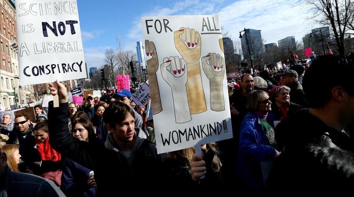Manifestantes caminan por Beacon Street, durante la manifestación en Boston, el 21 de enero.