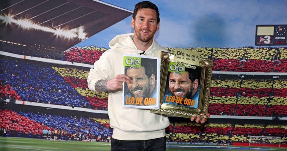 Messi posa con la portada y el premio del diario deportivo argentino Olé en la ciudad deportiva del Barça.