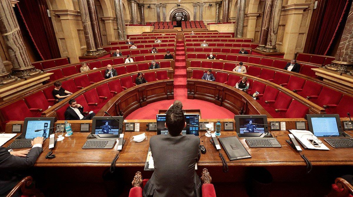 Plano general del interior del Parlament de Catalunya el 21 de mayo, día en que se aprobó la subida de la asignación de 'exconsellers' y 'expresidents'.