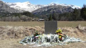 Monolito de homenaje a las victimas del accidente de avion de Germanwings en los Alpes francesesen Le Vernet.