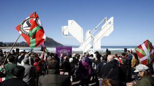 GRA081 SAN SEBASTIÁN, 27/03/2016.- Podemos ha celebrado hoy el Aberri Eguna (Día de la Patria vasca) con un acto simbólico ante la Paloma de la Paz de San Sebastián, en el que han vinculado los derechos sociales y el derecho a decidir. EFE/Javier Etxezarreta