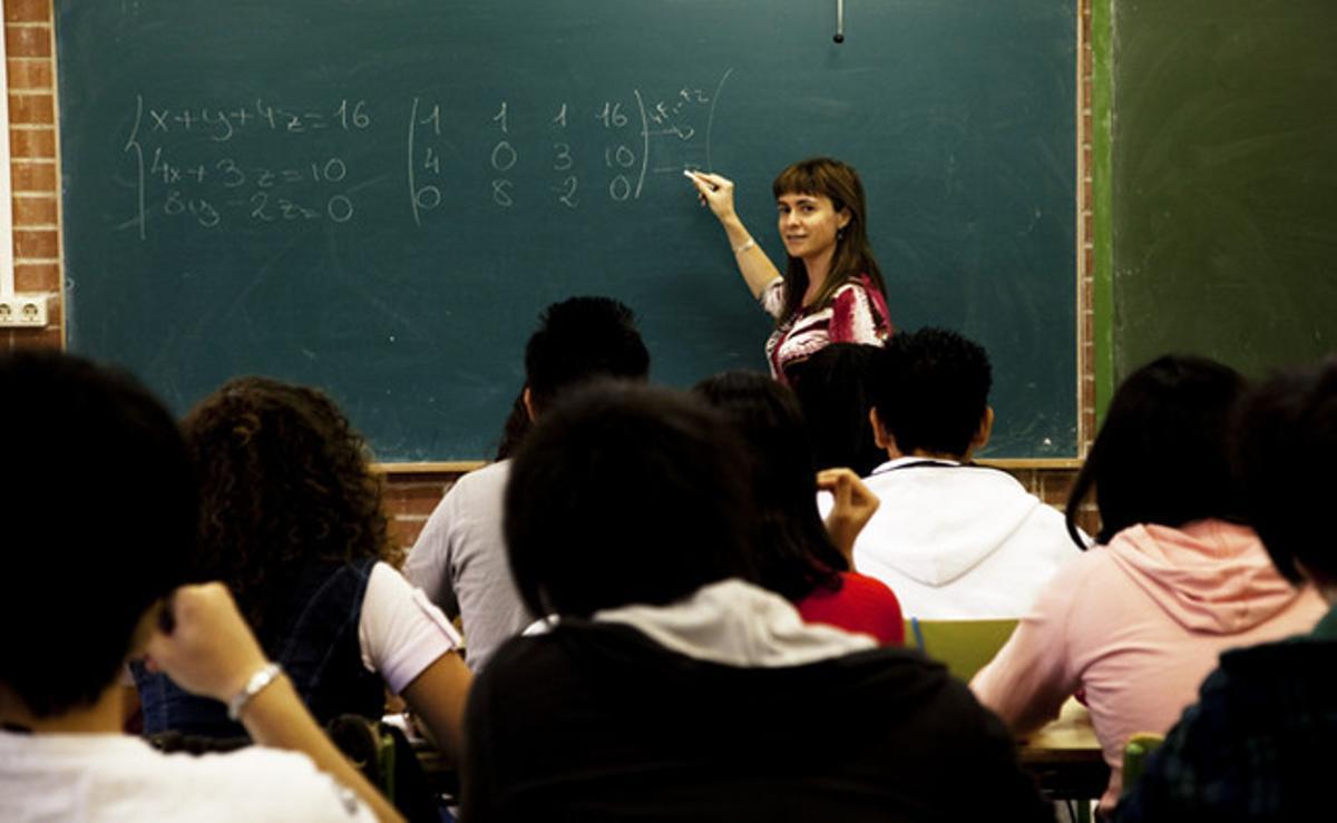 Una profesora de matemáticas da una clase en un instituto de secundaria