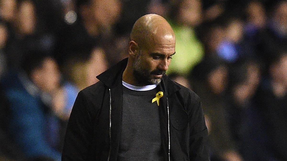 Pep Guardiola, con el lazo amarillo durante un partido del Manchester City.