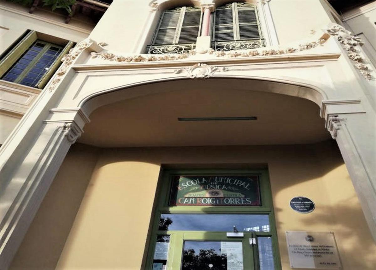 Fachada de la Escola de Música Can Roig i Torres de Santa Coloma.