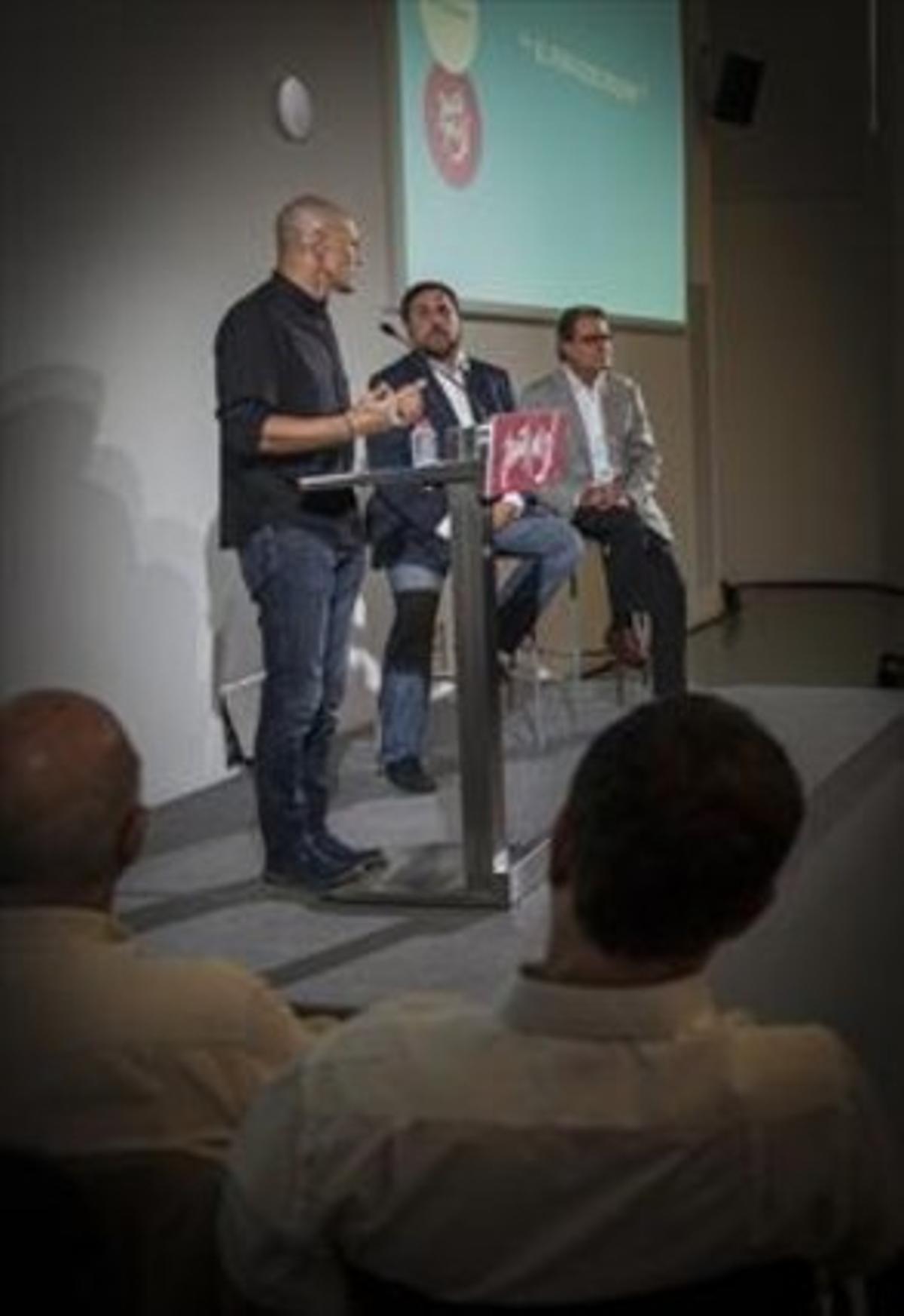 Romeva, junto a Junqueras y Mas, durante el acto de ayer en el CCCB.