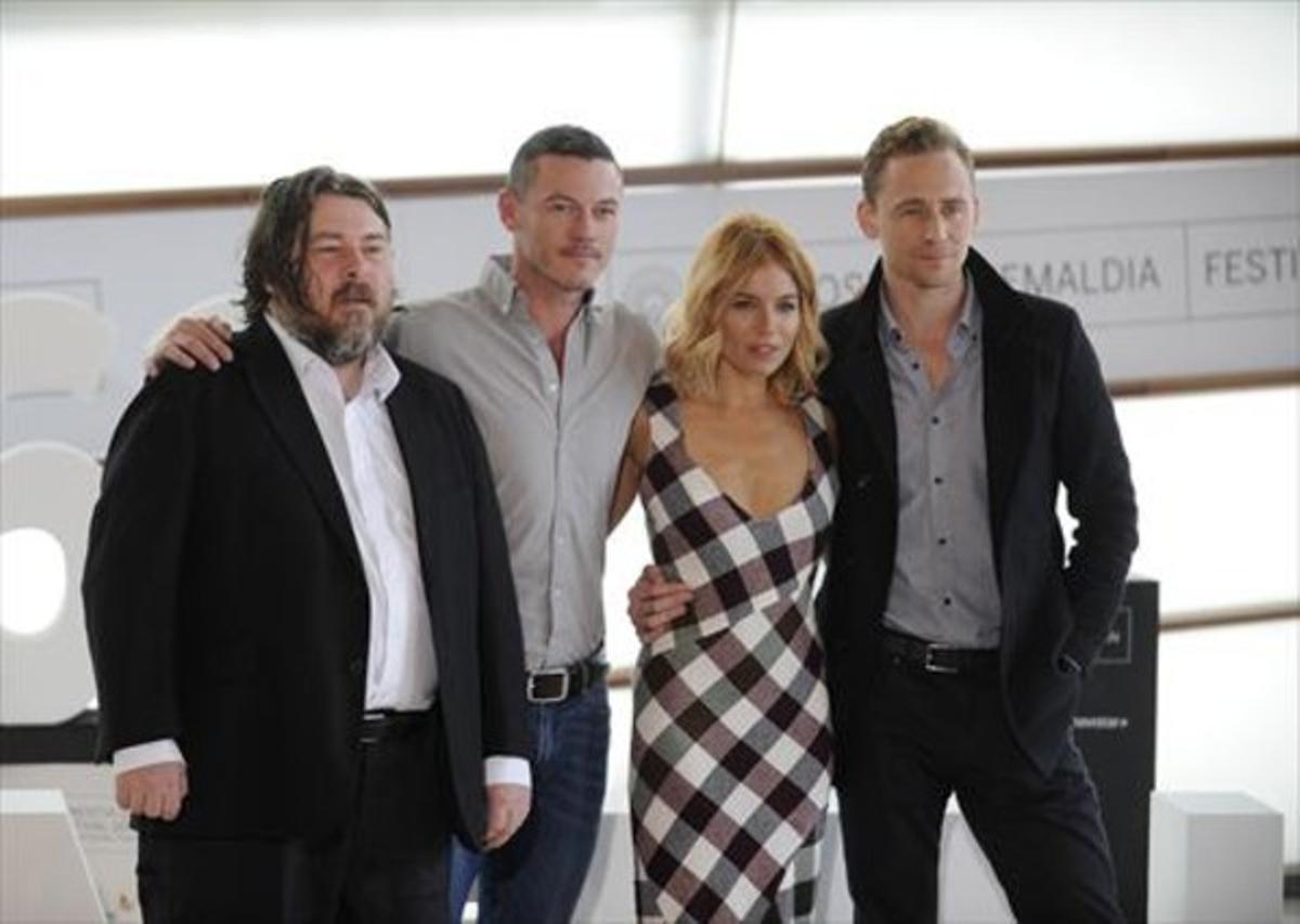 El director Ben Wheatley y los actores Luke Evans, Sienna Miller y Tom Hiddleston, ayer en San Sebastián, tras presentar 'High-Rise'.
