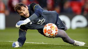 Iker Casillas, ingresado de urgencia por un infarto. En la foto, el portero del Oporto en un partido ante el Liverpool.