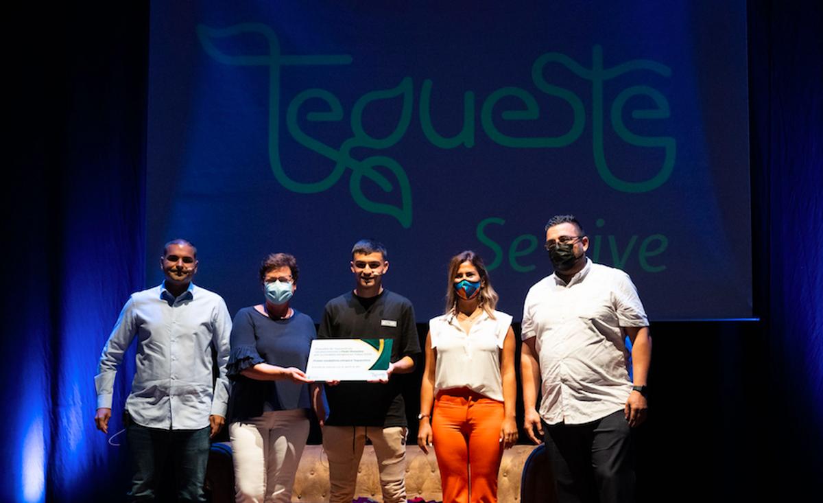 Pedri recibe el homenaje de Tegueste, su pueblo natal, tras las vacaciones que le ha dado Koeman.