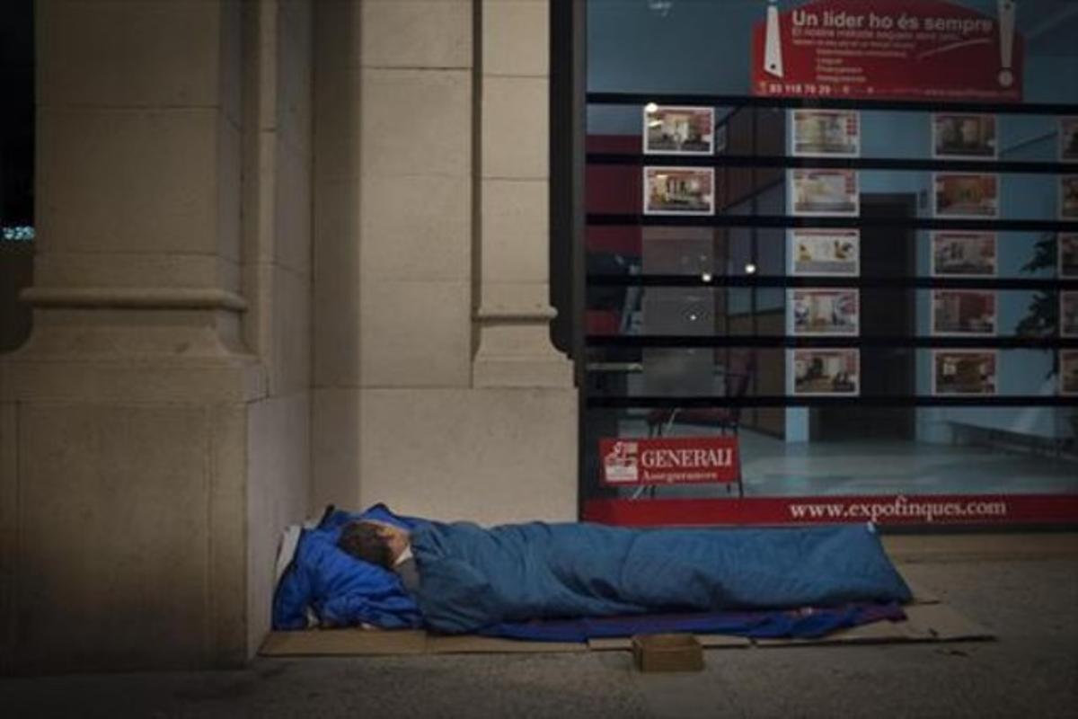 Un hombre duerme en el paseo de Picasso, en Barcelona, a principios de este año.