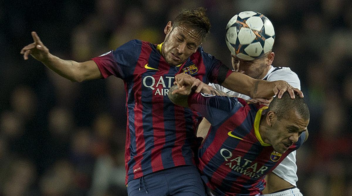 Neymar, Alves y Kolarov tratan de cabecear la pelota.