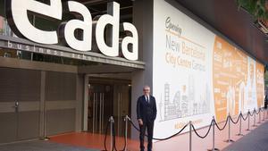 El presidente del patronato de EADA, ante el edificio de la calle Aragó.