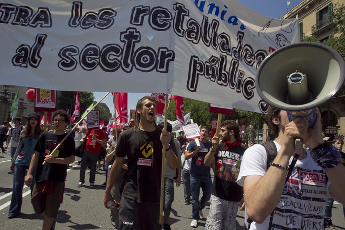 Más de 100.000 personas han protestado en Barcelona contra los recortes presupuestarios del Govern.