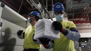 Cajas con vacunas del covid de Pfizer-BioNTech son preparadas para enviar.