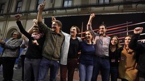 Ada Colau, Xavier Domènech y otros dirigentes de En Comú Podem celebran la victoria en las elecciones generales.